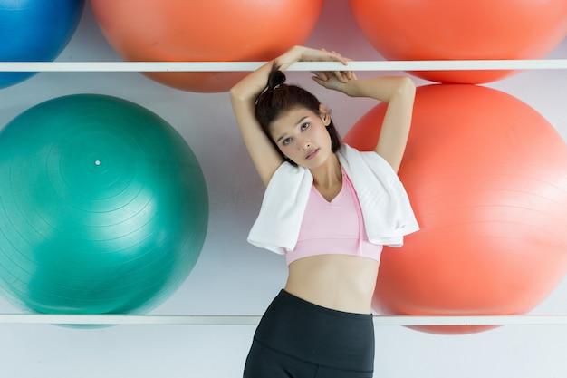 Mujer, posar, pilates, pelota, en, gimnasio
