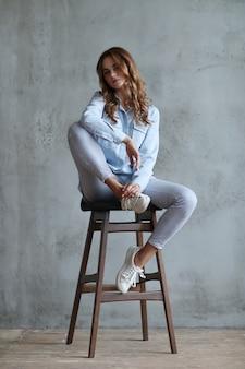 Mujer, posar, en, silla