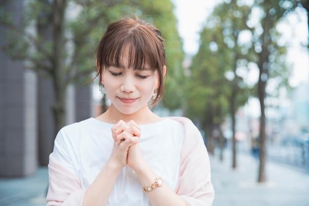 Una mujer en una pose de oración