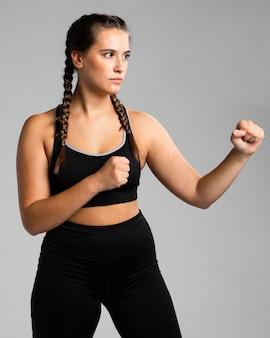 Mujer en posición lateral en posición de combate