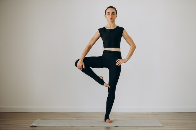 Mujer practica pilates en el gimnasio de yoga