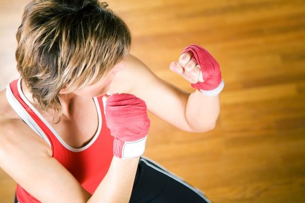 Mujer practicando artes marciales