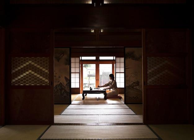 Mujer practicando la escritura japonesa en casa