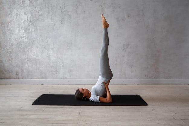 Mujer practicando yoga avanzado.