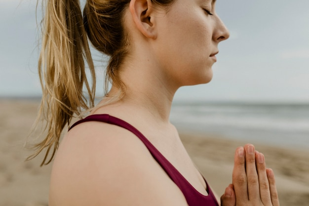 Mujer, practicar, yoga, en la playa