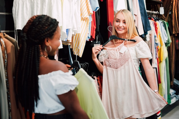 Mujer preguntando a su amiga de blusa seleccionada