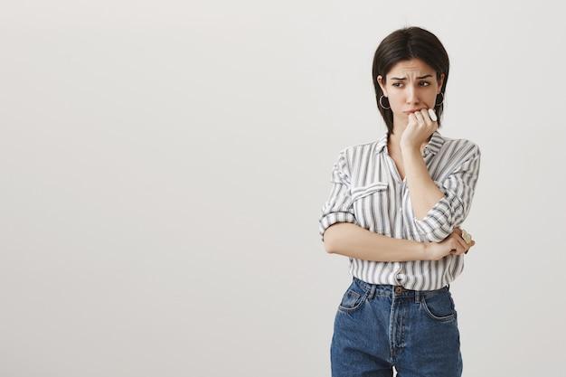 Mujer preocupada ansiosa mirando lejos angustiado, tiene problema