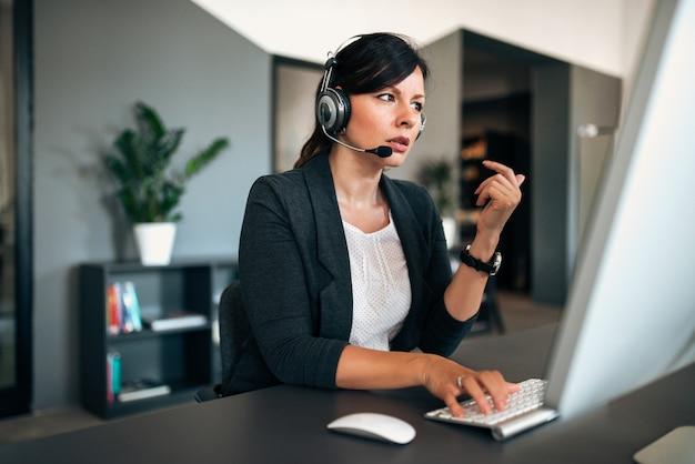 Mujer preocupada de atención al cliente en auriculares.