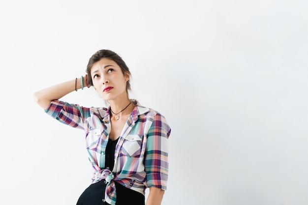 Mujer preocupada en blanco