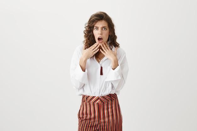 Mujer preocupada y conmocionada deja caer la mandíbula por una gran noticia