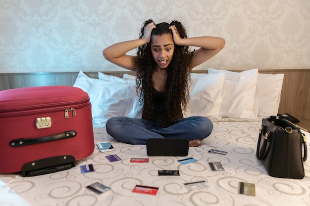Mujer preocupada y desesperada que calcula facturas los gastos de impuestos y cuenta las finanzas de la casa