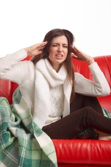 Mujer preocupada con dolor de cabeza