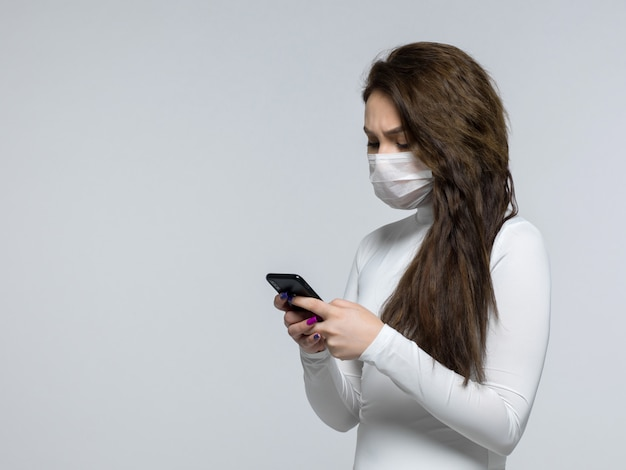 Mujer preocupada usando su teléfono negro