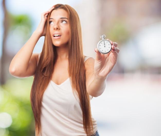 Mujer preocupante con el cronometrador