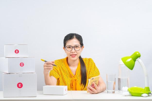 Mujer se prepara para entrega a clientes