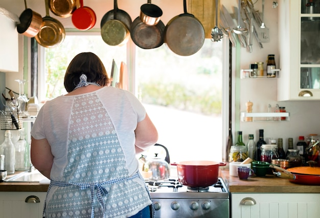 Mujer preparando la cena en la cocina