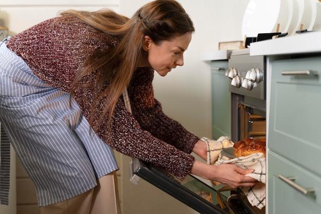 Mujer preparando las golosinas de la cena de navidad para su familia