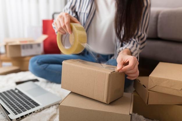 Mujer preparando un paquete para el cyber monday