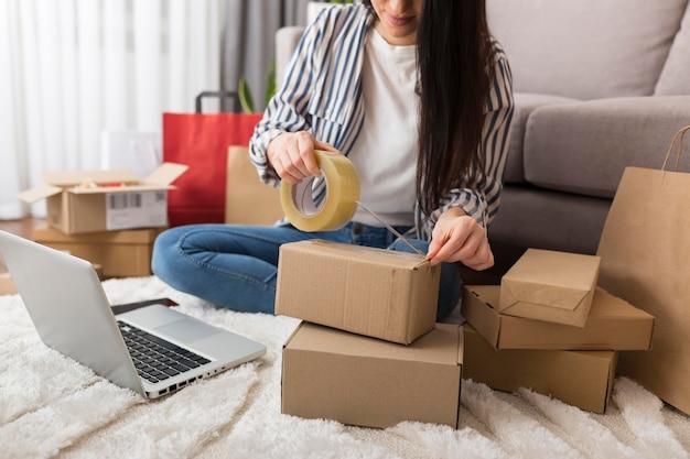 Mujer preparando paquetes de cyber monday
