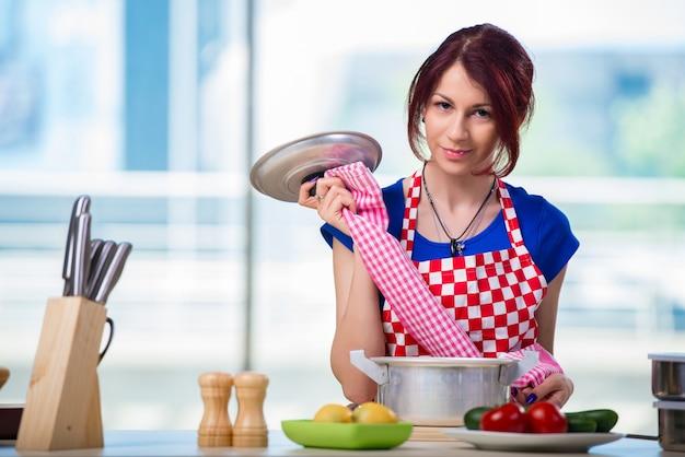 Mujer preparando sopa en la cocina