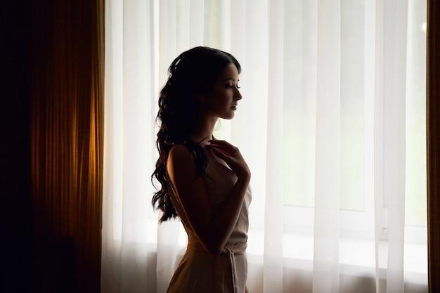 Mujer preparándose para la ceremonia de la boda