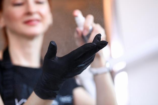 Mujer preparándose para la jornada laboral