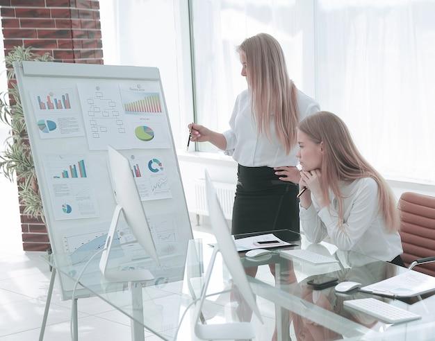 Mujer presentando su idea a sus colegas en el concepto de reunión de trabajo en equipo