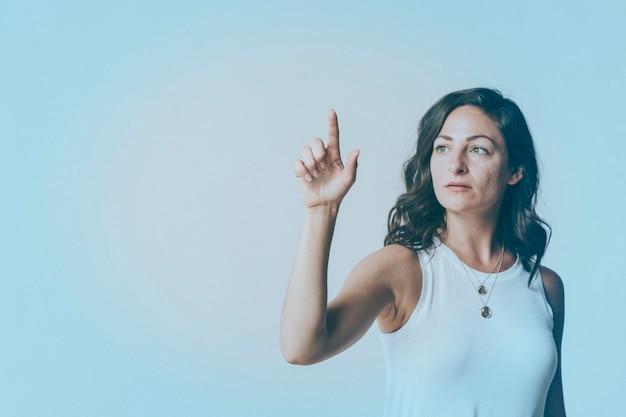Mujer presionando su dedo a una pantalla