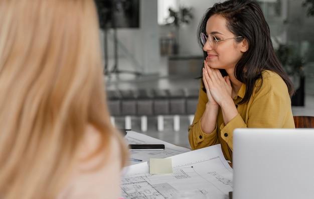 Mujer prestando atención a su colega