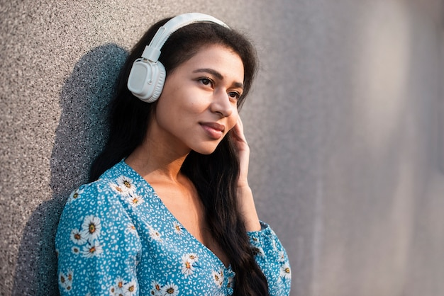 Mujer con primer plano de auriculares