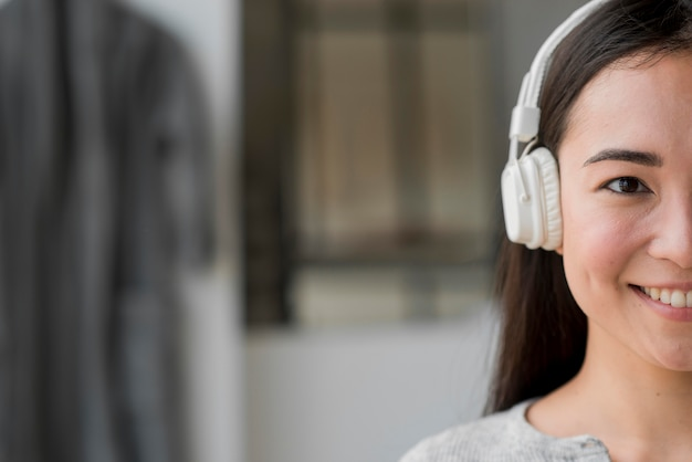 Mujer de primer plano con auriculares