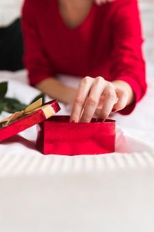 Mujer de primer plano con una caja de chocolate