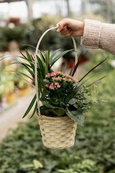 Mujer de primer plano con cesta de flores
