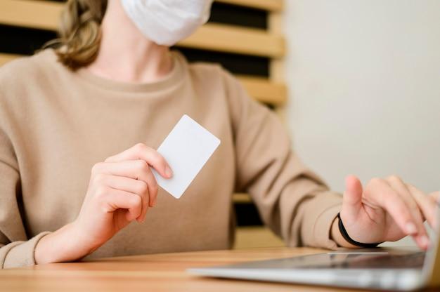Mujer de primer plano comprando en línea