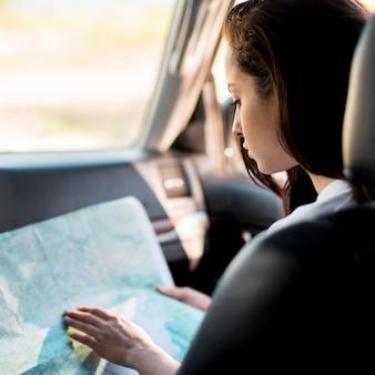 Mujer de primer plano comprobación de mapa