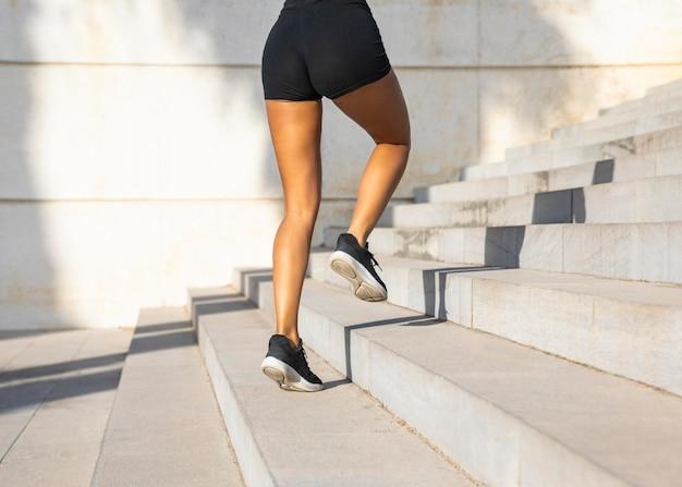 Mujer de primer plano corriendo en las escaleras