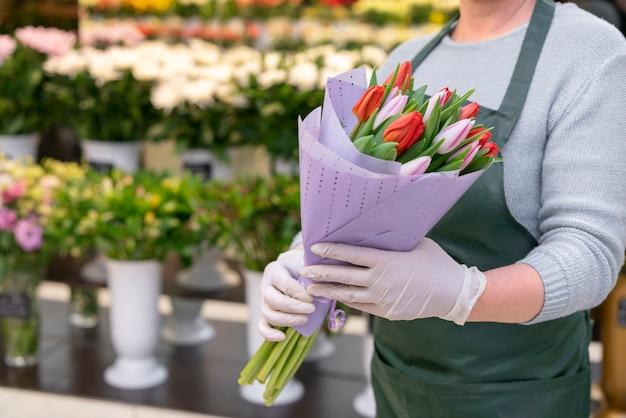 Mujer de primer plano con elegantes tulipanes