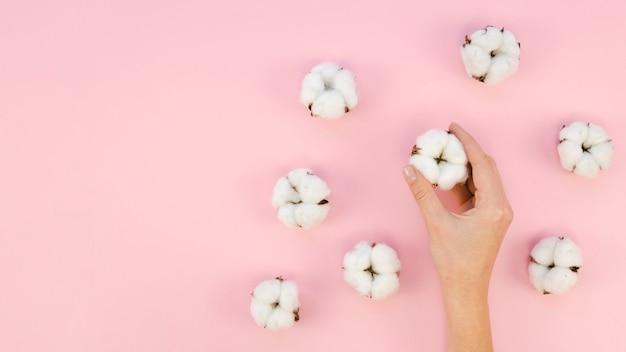Mujer de primer plano con flores de algodón