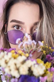 Mujer con primer plano de flores