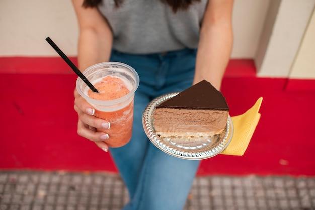 Mujer de primer plano con jugo y pastel