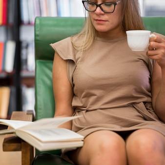 Mujer de primer plano con lectura de taza