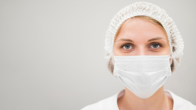 Mujer de primer plano con máscara