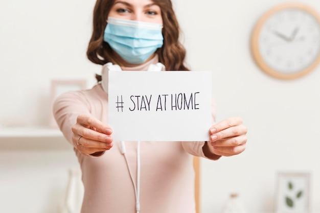 Mujer de primer plano con mensaje quedarse en casa