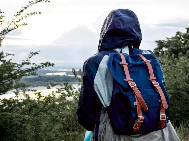Mujer de primer plano con mochila
