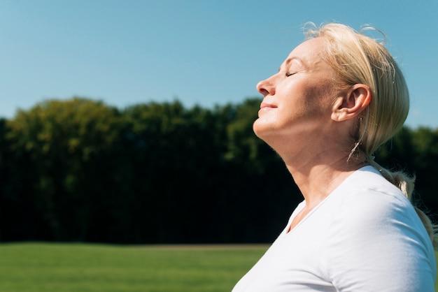 Mujer de primer plano con los ojos cerrados al aire libre
