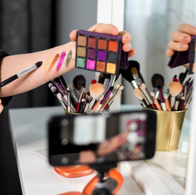 Mujer de primer plano con paleta de maquillaje