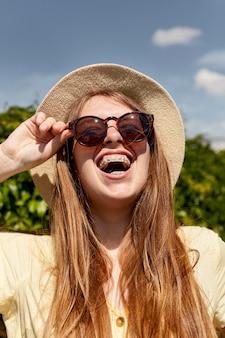 Mujer de primer plano riendo