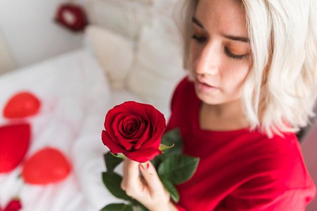 Mujer de primer plano con rosa roja
