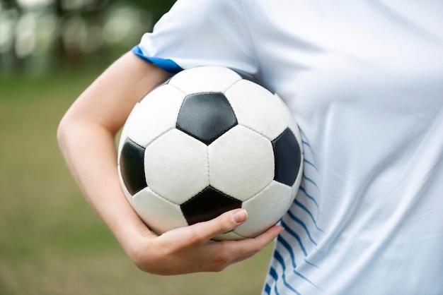 Mujer de primer plano sosteniendo la bola