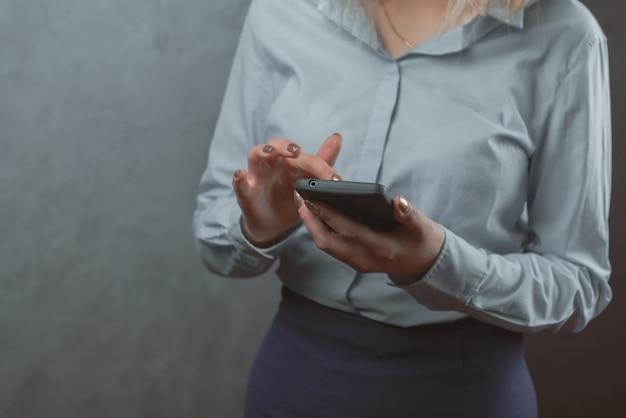 Mujer con un primer plano de teléfono inteligente